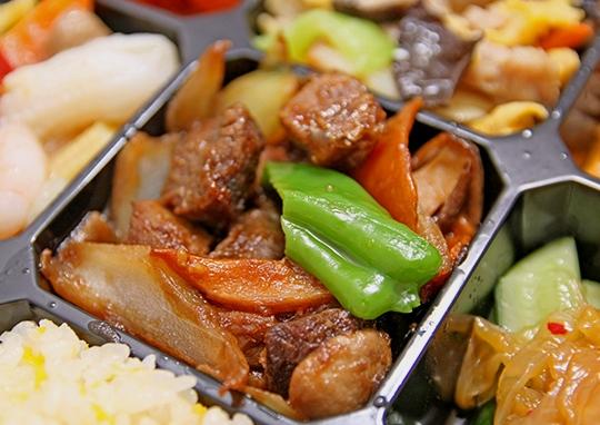 牛すじ肉と海老チリ幕の内弁当