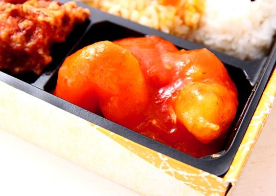 エビチリと餃子の彩り弁当