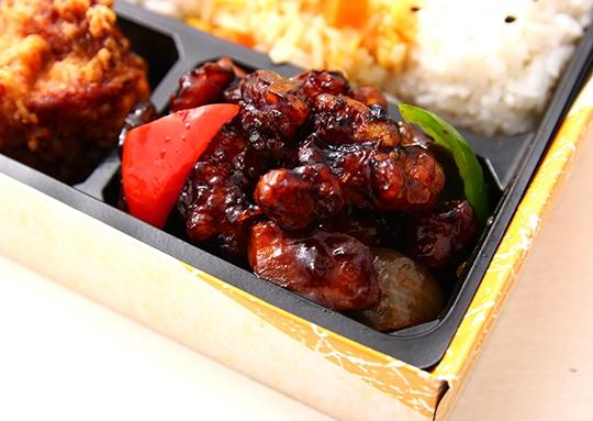 鶏肉黒酢と餃子の彩り弁当