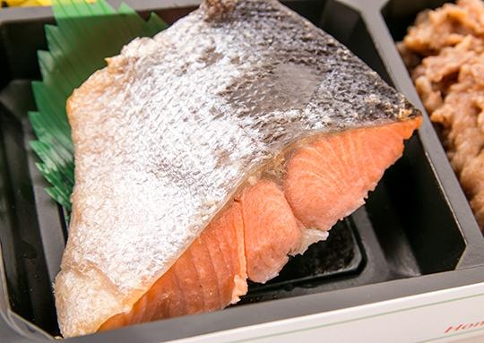 衝撃の焼き鮭弁当