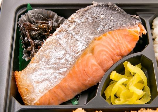 驚きの焼き鮭弁当