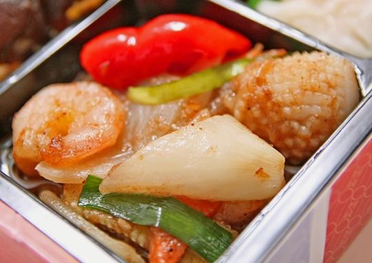 肉団子と海鮮オイスターソース炒め幕の内弁当