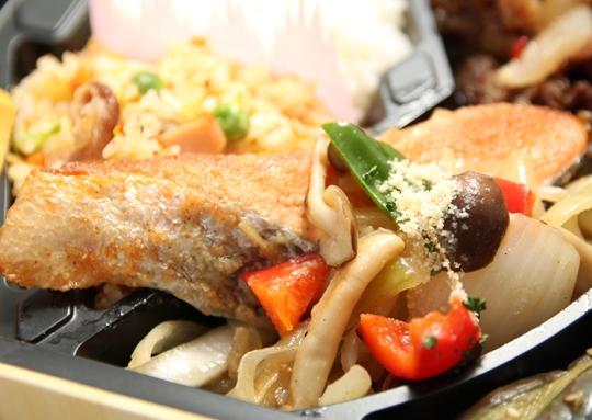 焼肉&鮭のちゃんちゃん焼き弁当
